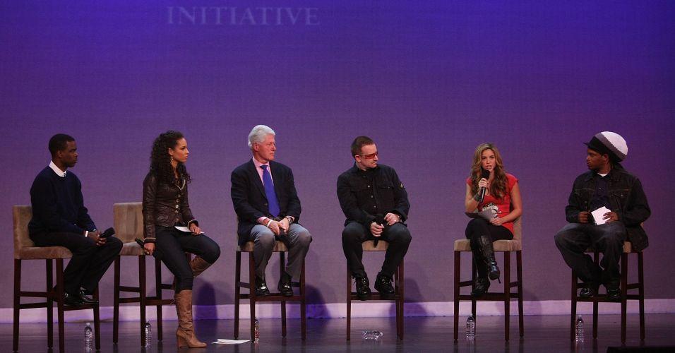 Da esquerda para a direita: o ator Chris Rock, a cantora Alicia Keys, o ex-presidente americano Bill Clinton, o cantor Bono, a cantora Shakira e o VJ da MTV Sway responde perguntas durante o