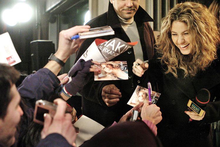 Shakira atende fãs durante entrevista ao MuchMusic, em Toronto, no Canadá (13/12/2005)