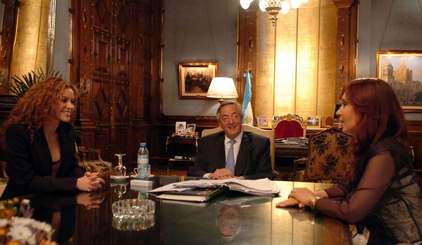 Shakira encontra-se com o então presidente argentino Nestor Kirchner e a primeira dama Cristina Fernandez de Kirchner, na Casa Rosada, em Buenos Aires (23/11/2006)