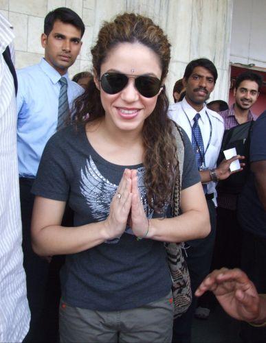 Shakira faz uma reverência durante passeio em Mumbai, na Índia (26/3/2007).