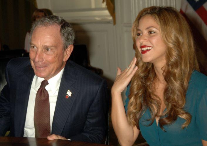Shakira encontra-se com o prefeito de Nova York, Michael Bloomberg, na prefeitura da cidade (27/9/2007)