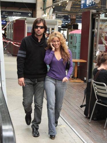 Shakira e Antonio de la Rua são fotografados passeando por Paris (17/7/2008)