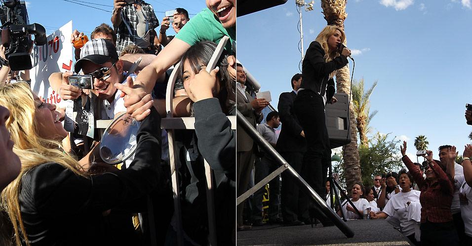 Shakira fala com fãs e discursa em frente à prefeitura de Phoenix, em protesto à nova lei da imigração no estado do Arizona, nos Estados Unidos (29/4/2010)