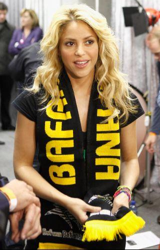 A cantora Shakira usa um cachecol escrito Bafana Bafana, apelido da seleção da África do Sul, antes de sua apresentação na abertura da Copa do Mundo da África no Orlando Stadium em Johannesburgo (10/6/2010). A cantora foi responsável por uma das músicas da Copa
