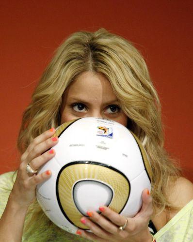 A cantora Shakira beija a bola Jabulani que seria utilizada na final da Copa do Mundo 2010 entre Holanda e Espanha, durante uma coletiva de imprensa no estádio Soccer City, em Johannesburgo (10/7/2010). Cantora da música oficial da Copa da África do Sul,