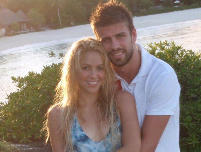A cantora Shakira publicou uma foto em sua ao lado do namorado, o jogador Piqué, em sua página do Facebook (29/3/2011).