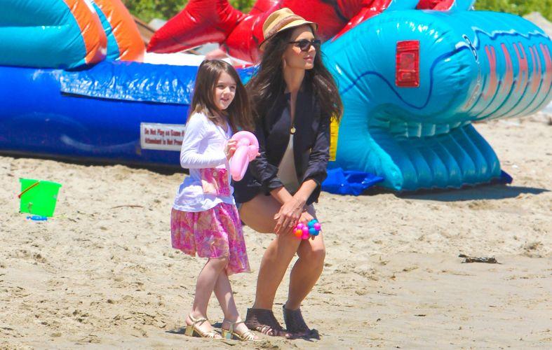 Katie Holmes e a filha Suri Cruise usam salto na praia, em Malibu (30/5/2011)