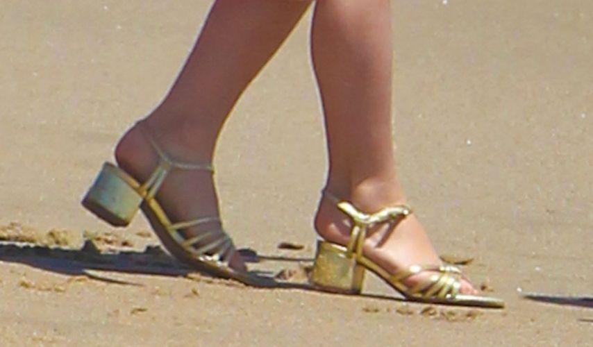 Detalhe do salto dourado usado por Suri Cruise, de cinco anos, em praia de Malibu (30/5/2011)