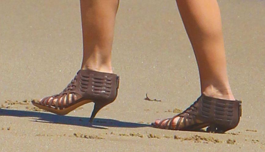 Detalhe do salto alto usado por Katie Holmes enquanto brinca com a filha Suri, em praia de Malibu (30/5/2011)
