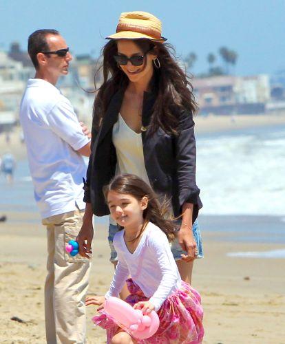 Suri e Katie Holmes brincam na praia em Malibu (30/5/2011)