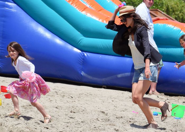 Suri e a mãe Katie Holmes andam de salto em praia de Malibu, Califórnia (30/5/2011)
