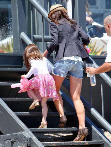 De salto, Katie Holmes e a filha Suri deixam a praia e seguem para a festa do Memorial Day de Joel Silver em Malibu, Califórnia (30/5/2011)