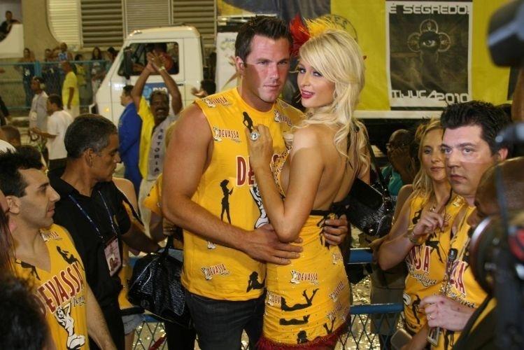 Paris Hilton e Doug Reinhardt em camarote na Sapucaí (14/02/2010)