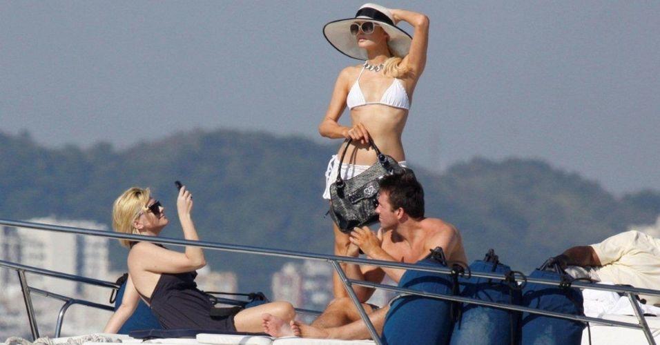 Paris Hilton e Doug Reinhardt passeiam de iate no Rio de Janeiro (15/2/2010)