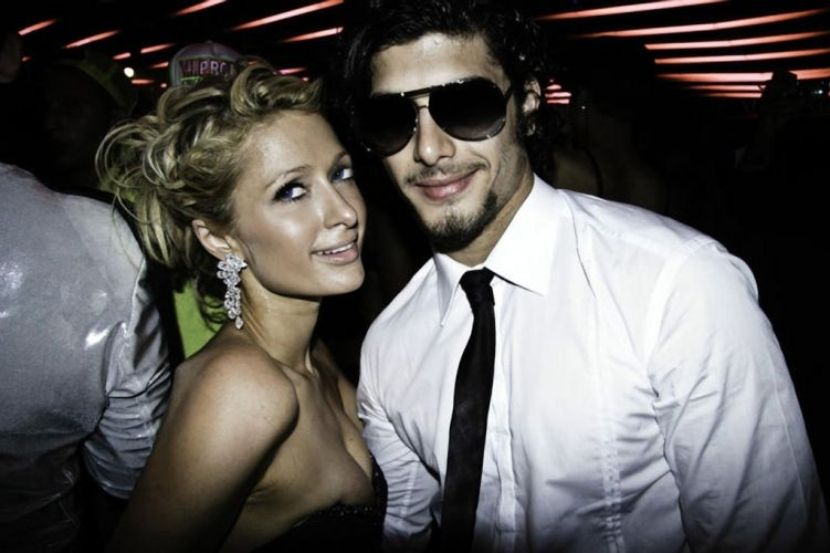 Paris Hilton e modelo brasileiro Jesus Luz posam juntos para foto durante a festa de 150 anos de uma marca de luxo em Cannes (17/5/2010)