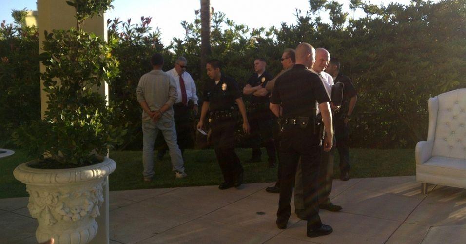 Um homem é preso pela polícia de Los Angeles, após invadir a casa de Paris Hilton segurando duas facas 24/8/2010). A socialite ligou para a polícia e publicou a foto em seu Twitter.
