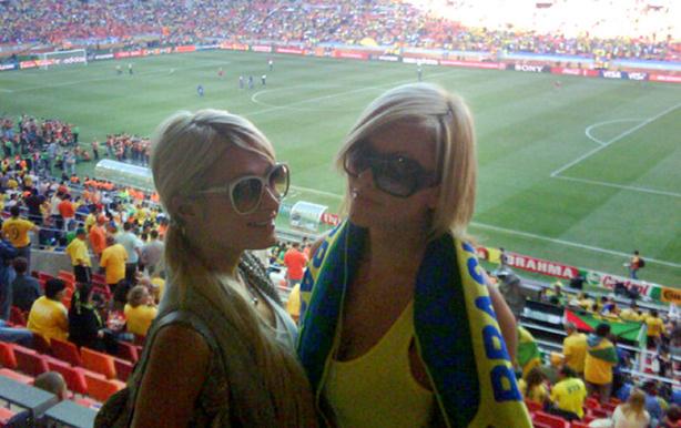 Paris Hilton foi detida na cidade de Port Elizabeth, na África do Sul, por porte de maconha, na saída do estádio Nelson Mandela Bay, após o jogo entre Brasil e Holanda pela Copa do Mundo, dia 2/7/2010