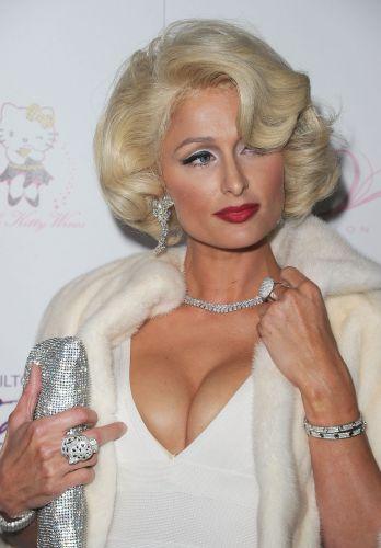 Paris Hilton vai vestida no estilo de Marilyn Monroe no lançamento de seu novo perfume