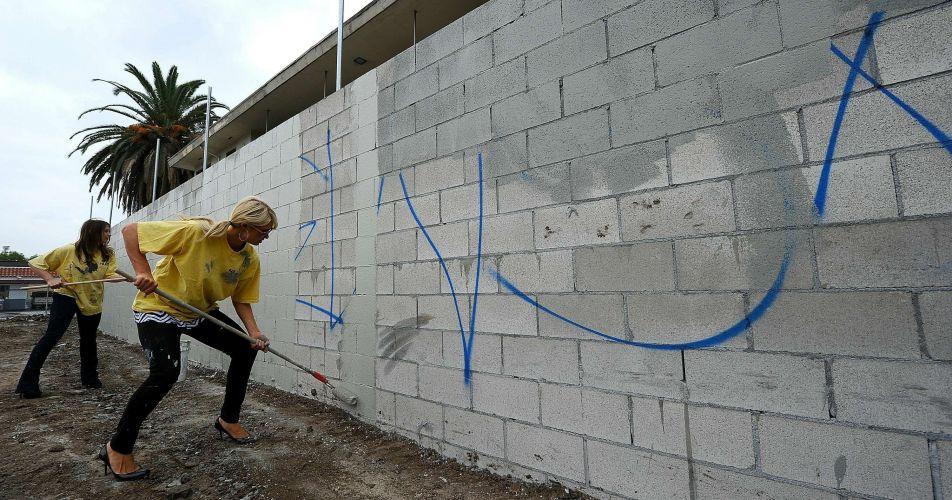 Paris Hilton presta serviço comunitário, pintando muros pichados na cidade de Los Angeles, EUA (19/11/2010). A socialite foi condenada a 200 horas de serviço comunitário após ser presa em Las Vegas com uma pequena quantidade de cocaína em sua bolsa. No processo, ela se declarou culpada e pagou multa no valor de US$ 2 mil