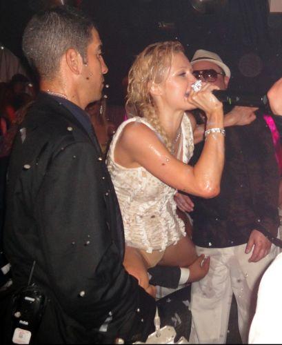 Bêbada e com o microfone na mão, Paris Hilton conversa com os presentes em clube noturno em St.Tropez, na França (23/7/2010)
