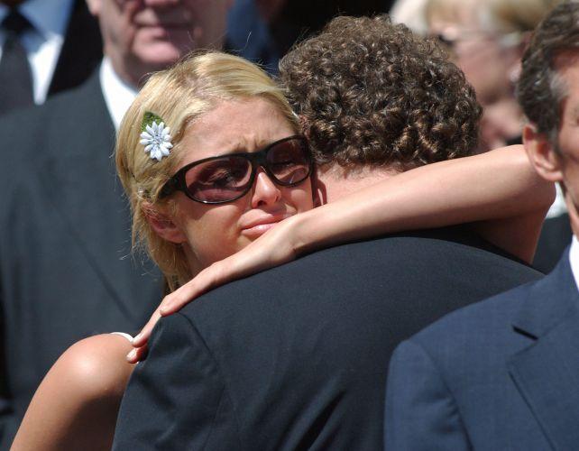Paris Hilton abraça o pai Rick no funeral de sua avó paterna, em Beverly Hills (2004)