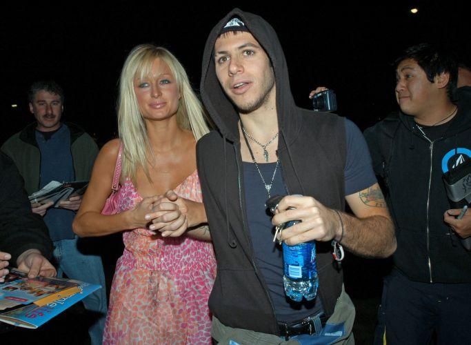 Paris Hilton e seu então namorado Paris Latsis são fotografados chegando a clube noturno em Los Angeles (7/5/2005)