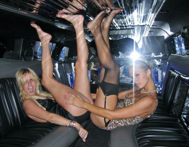 Paris Hilton e a irmã Nicky Hilton se divertem dentro de limusine na Festa do Pijama da Playboy, na Mansão da Playboy, em Los Angeles (25/11/2006)