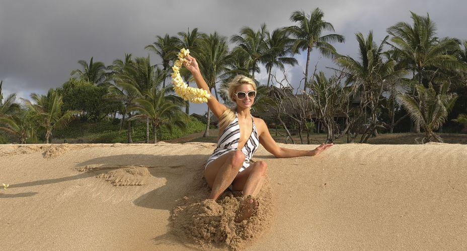 Paris Hilton posa para a campanha de sua marca de bolsas e biquínis, em uma ilha do Havaí (16/11/2010)