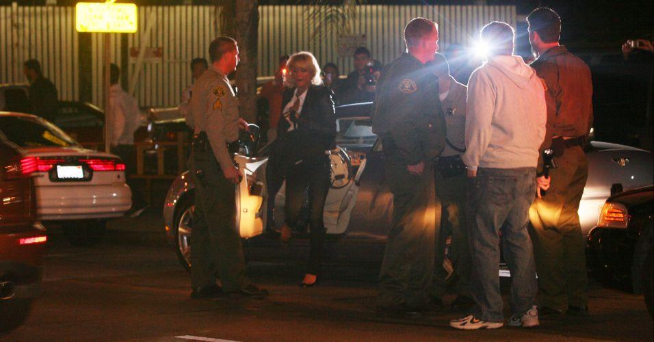 Paris Hilton é parada pela polícia ao sair de sua festa de aniversário em West Hollywood (27/2/2007). A socialite não tinha licença para dirigir após ter se declarado culpada por dirigir bêbada, um mês antes