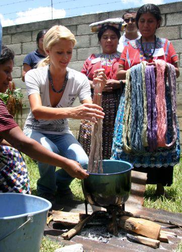 Paris Hilton trabalha com mulheres da Guatemala, em viagem ao país (21/8/2009)