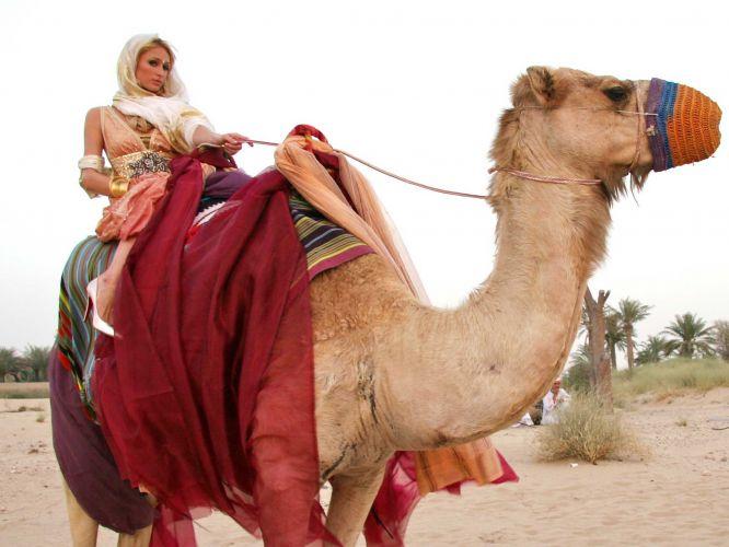 Paris Hilton anda de camelo em Dubai (21/6/2009)