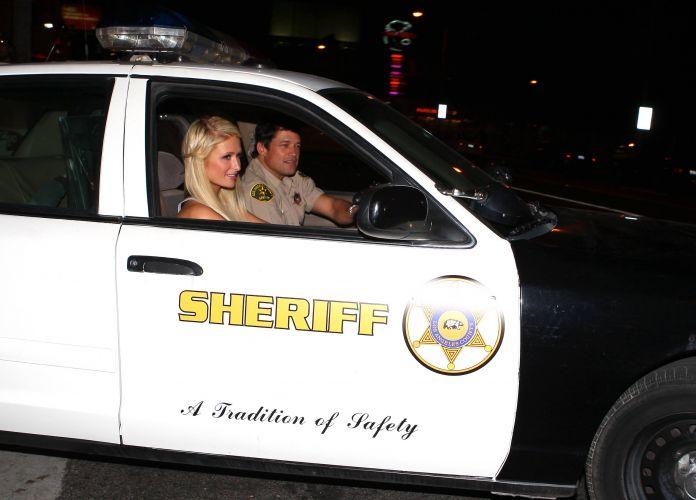 Após gravar um anuncio público para o departamento do Xerife, Paris ganha uma carona em um carro da polícia (18/1/2011)