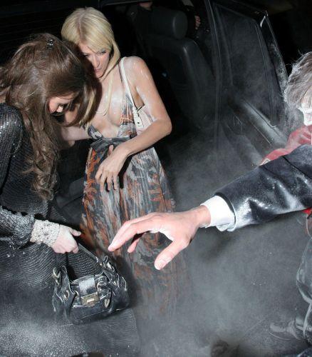 Paris Hilton e amiga são atacadas com uma saco de farinha por um ativista dos direitos dos animais, após sair do carro no dia dos namorados, em Londres (14/2/2006)