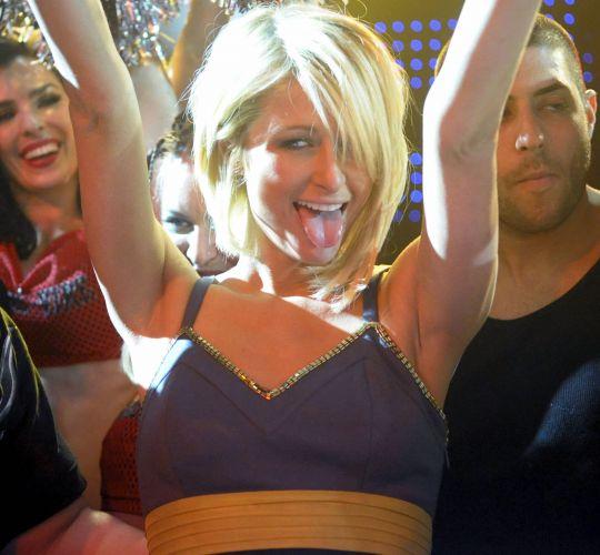 Paris Hilton se diverte durante apresentação do rapper 50 Cent, no Arizona (1/2/2008)