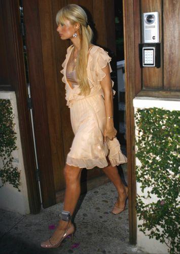 Paris Hilton é fotografada com uma tornozeleira, que monitora seus movimentos, enquanto cumpre em casa sua sentença (31/5/2007)