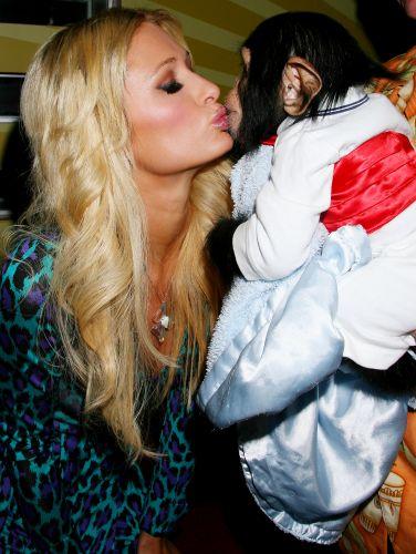 Paris Hilton beija o chimpanzé Bentley na abertura de um evento em Nova York (8/10/2009)
