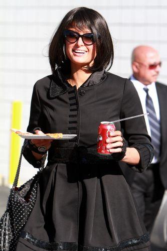 Paris Hilton usa uma peruca escura para comprar uma pizza e um refrigerante em Los Angeles (24/11/2010)