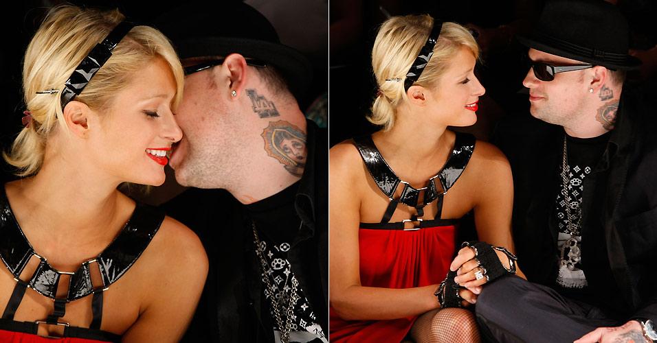 Paris Hilton e Benji Madden namoram na primeira fila do desfile da Nicholai By Nicky Hilton, em Culver City, na Califórnia (11/3/2008). Hilton e Madden namoraram por nove meses
