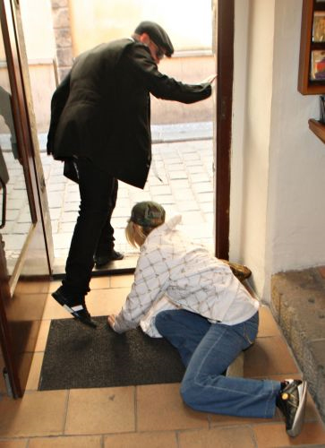 Paris Hilton cai de um degrau na saída de um restaurante em Praga (30/3/2008). A herdeira estava acompanhada do então namorado Benji Madden e saiu do local com o queixo machucado