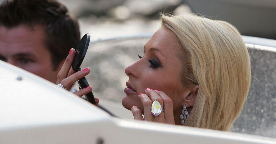 Paris Hilton checa a maquiagem durante a 66ª edição do Festival de Veneza, na Itália (4/9/2009)