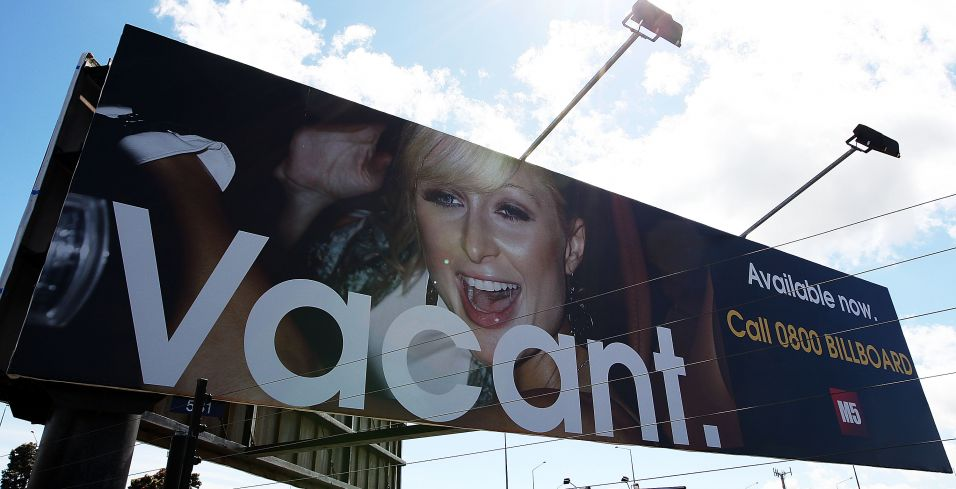 Paris Hilton aparece em um outdoor em que aparece escrito