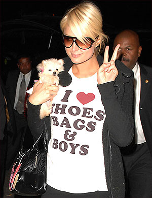 Paris Hilton passeia por Nova York com uma camiseta que diz: