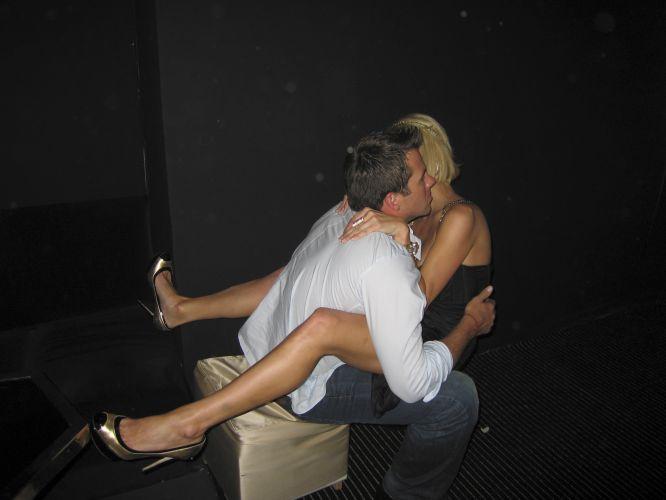 Paris Hilton e o namorado Doug Reinhardt protagonizam cenas de paixão explícita em boate em Cannes (20/05/2009)