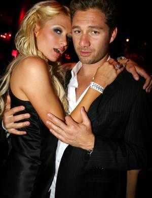 Paris Hilton fica coladinha com Josh Henderson, com quem assumiu o namoro recentemente, na festa de aniversário de Jason Strauss em Las Vegas (23/4/2007)