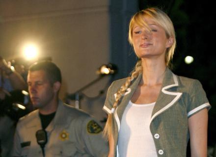 Paris Hilton deixa a prisão de Lynwood, na Califórnia, depois de ficar 23 dias confinada (26/6/2007). Paris foi condenada e presa por dirigir com a carteira suspensa