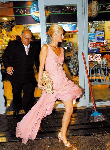 No caminho para uma casa noturna, Paris Hilton usa o banheiro de um posto de gasolina, em São Paulo (14/9/2005)