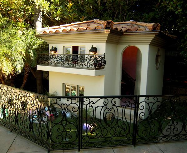 Exterior da casa onde os cãezinhos de Paris Hilton passam o dia (22/7/2009)