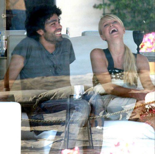Paris Hilton se diverte com o ator Adrian Grenier, com quem foi visto em diversas festas. Houve rumores sobre um possível namoro entre os dois, mas eles nunca assumiram nada