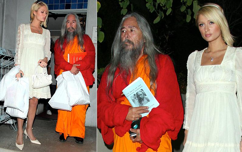 Paris Hilton é fotografada andando com um monge budista pelas ruas de Los Angeles (1/3/2008). A herdeira ouviu os conselhos do monge e recebeu uma bênção. Eles também leram juntos um panfleto
