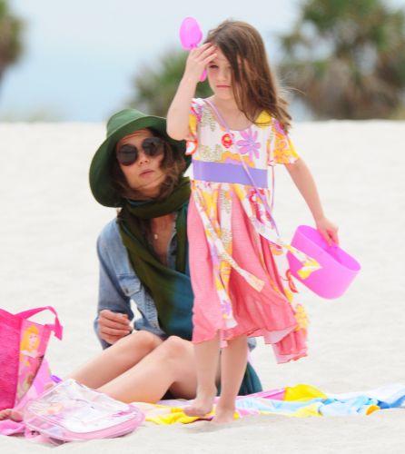 Katie Holmes brinca com a filha Suri em praia de Miami (18/6/2011)